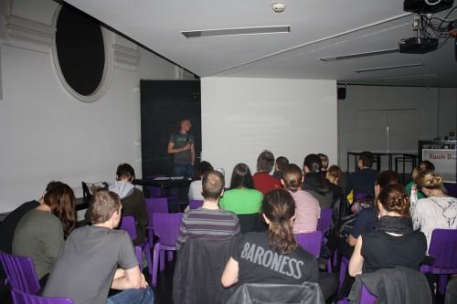 Rene Schallegger beim subotron Vortrag zum Thema sexuelle Identität. Credit: Verena Riedl, http://www.in-ga.me/subotron-arcademy-nicht-sexy-betrachtungen-zu-geschlechterrollen-sexualitaet-und-sexueller-diversitaet-im-videospiel/